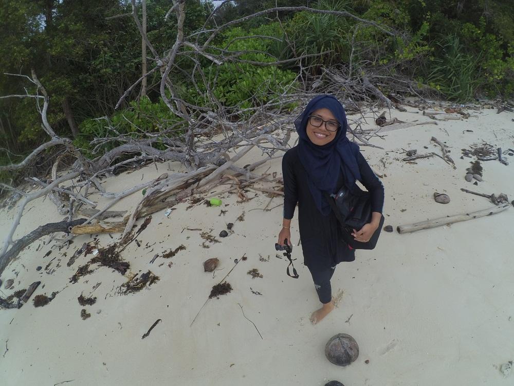 Dok Pri/Berfoto ria di pasir putih Pulau Dedap.