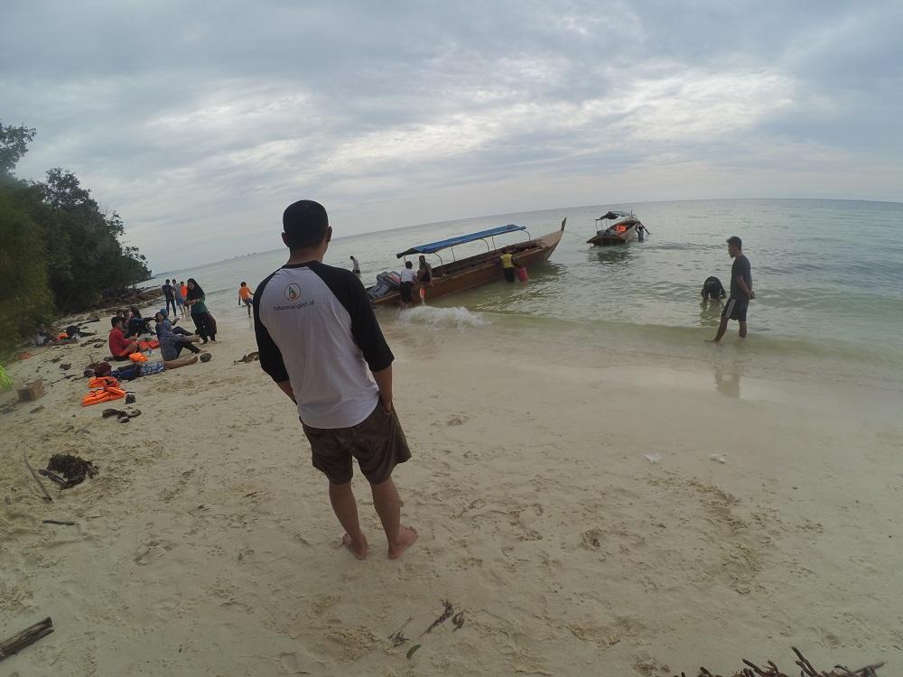 Dok Pri/Menikamti debur ombak dari Pulau Dedap.