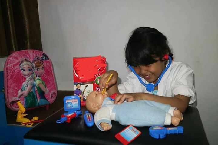 Bila demam terus berlanjut, sebaiknya anak segera dibawa ke dokter. | Dokumentasi Pribadi